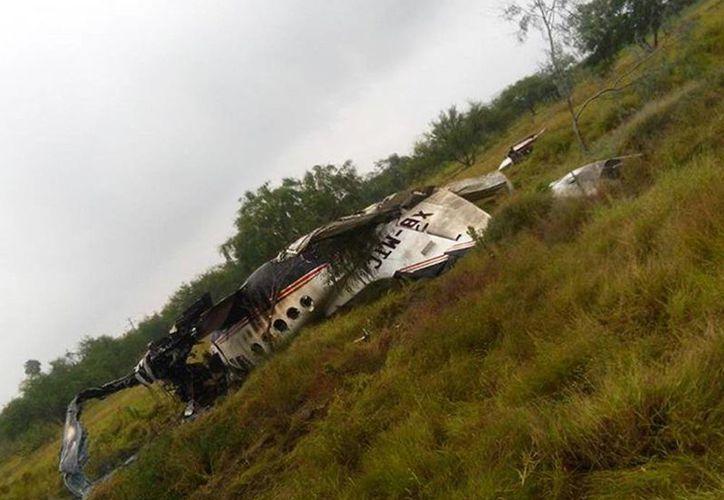 La aeronave cayó en las inmediaciones de la Séptima Zona Militar y se incendió. Imagen de los restos de la aeronave en el lugar de los hechos. (Excelsior)