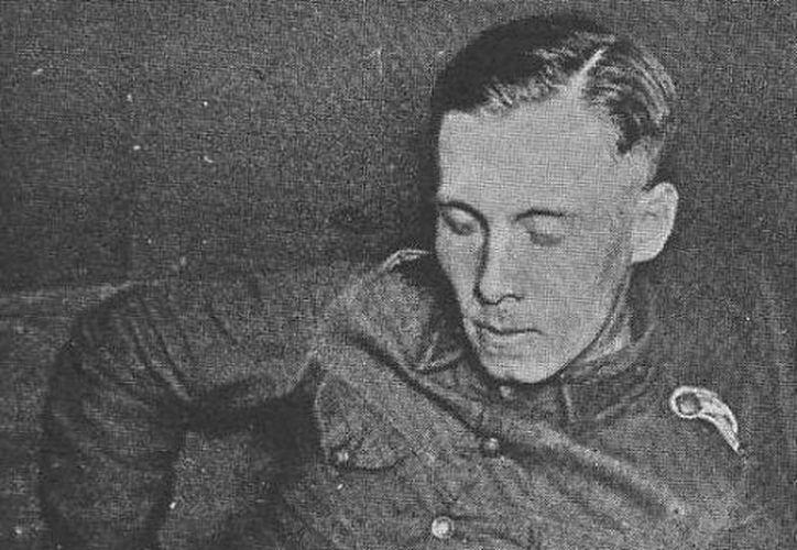 Famosa fotografía del joven Rommel jugando con un zorro. (SIPSE)