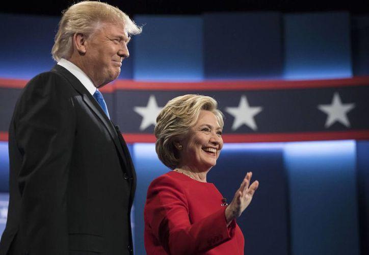 Donald Trump y Hillary Clinton, saludan a la audiencia previo a su primer debate, este 26 de septiembre de 2016, en la Universidad de Hofstra, en Hempstead, Nueva York, EU. (Foto: AP/Matt Rourke)