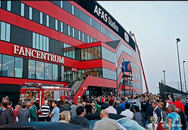 El estadio de AZ Alkmaar fue evacuado, sin reportarse incidente alguno, tras darse la alerta de fuego. (az.nl)