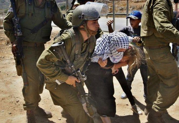 Los soldados la arrestaron tras protestar. (Foto: AP)