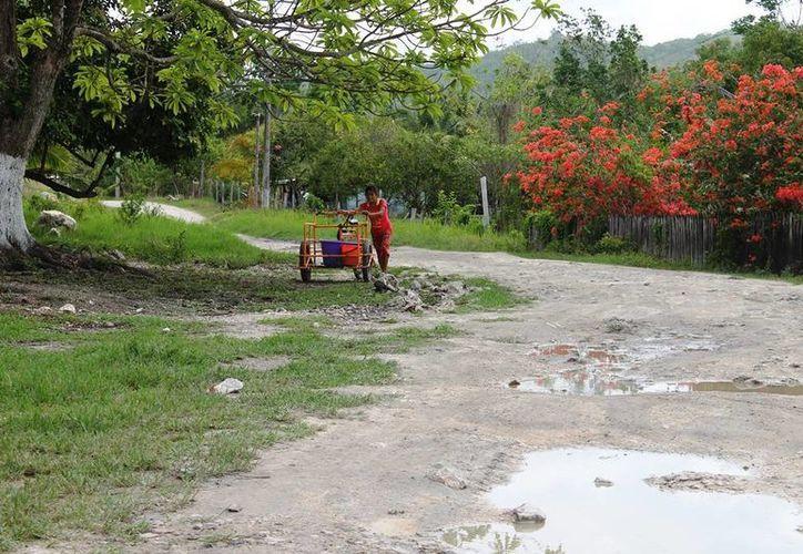Calles en ruinas, falta de alumbrado y en algunas zonas falta absoluta de energía eléctrica, denuncian los vecinos y exigen respuesta. (Edgardo Rodríguez/SIPSE)