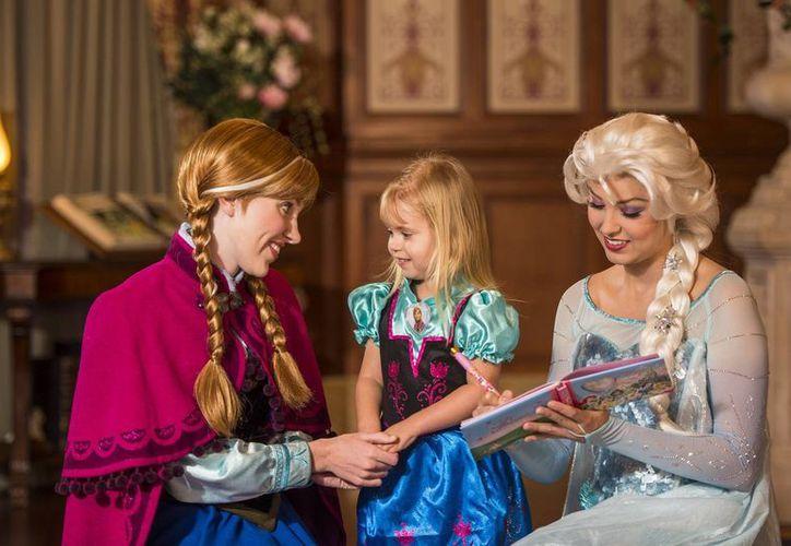 En el Walt Disney World Resort las familias hacen cola hasta por cinco horas para ver a Elsa y Anna, protagonistas de la 'Frozen'. (AP)