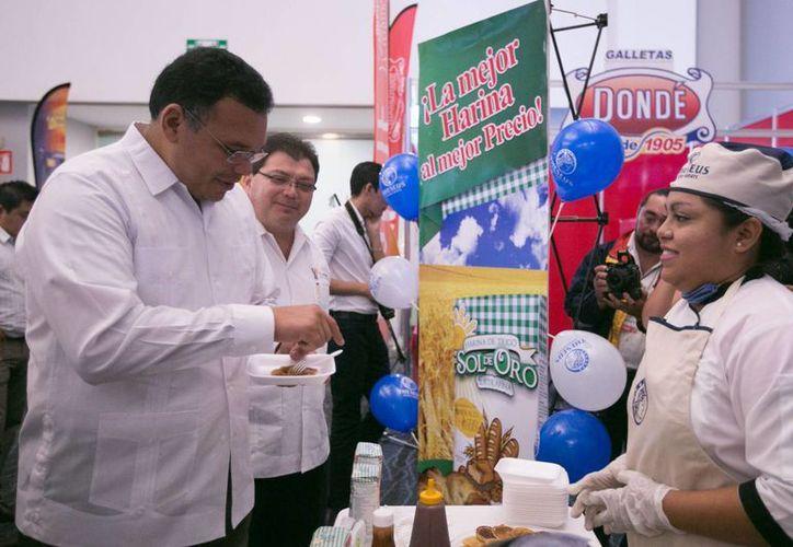 Podemos hacer que el bienestar avance con una mejor nutrición, declaró el gobernador Rolando Zapata en el l Primer Congreso Nacional de Avances en Alimentación y Biotecnología 2016. (Foto cortesía del Gobierno de Yucatán)