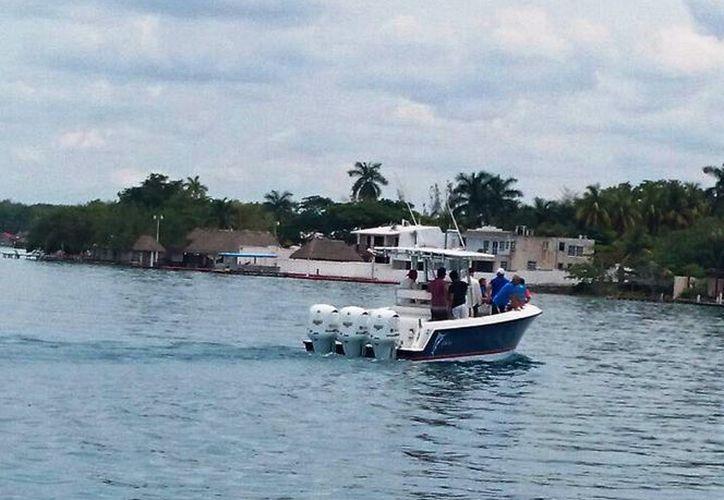 Las embarcaciones no respetan los límites necesarios para transitar en el cuerpo lagunar. (Javier Ortiz/SIPSE)