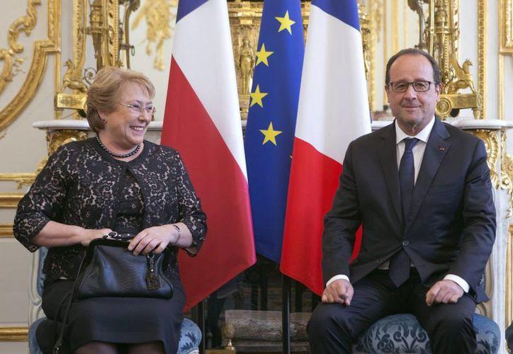 La presidenta chilena, Michelle Bachelet durante una reunión con su homólogo francés, François Hollande, en el Palacio del Elíseo de París. (EFE)