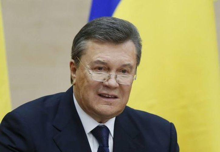 El depuesto presidente de Ucrania, Víktor Yanukovich, al comparecer hoy en una rueda de prensa en la ciudad meridional rusa de Rostov del Don. (EFE)