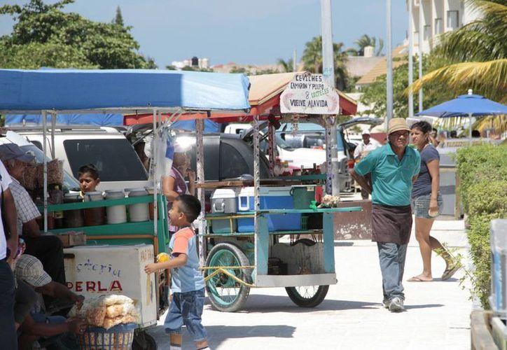 El objetivo del operativo es retirar a los vendedores y módulos irregulares que sean detectados acosando a los turistas. (Tomás Álvarez/SIPSE)
