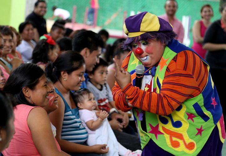 Pacientes del Centro de Rehabilitación y Educación Especial (CREE) disfrutaron de un show que fue organizado por el DIF Yucatán, que este mismo jueves entregó en adopción a varios menores. (Foto cortesía del Gobierno de Yucatán)