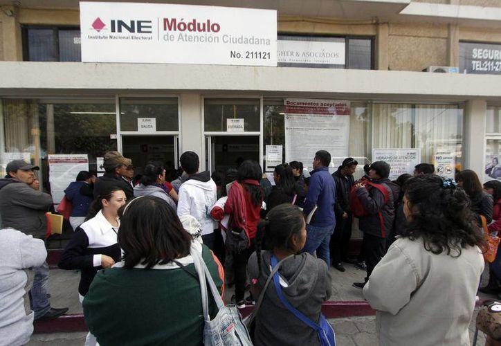 Largas filas se observan en las oficinas para realizar el trámite relacionado con la credencial electoral. La imagen es de Puebla. (Foto: Notimex)