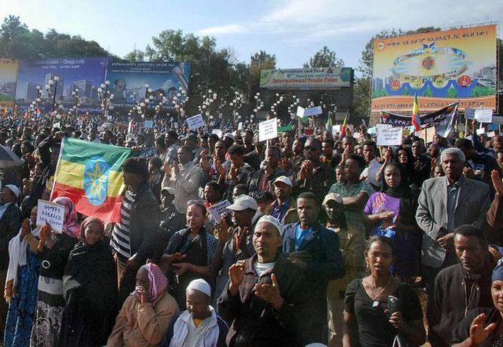"""Un gran grupo de hombres y mujeres, protestaron en Cherkos contra el Gobierno por considerar """"insensible e irresponsable"""" la forma en la que manejan la situación. (Agencias)"""