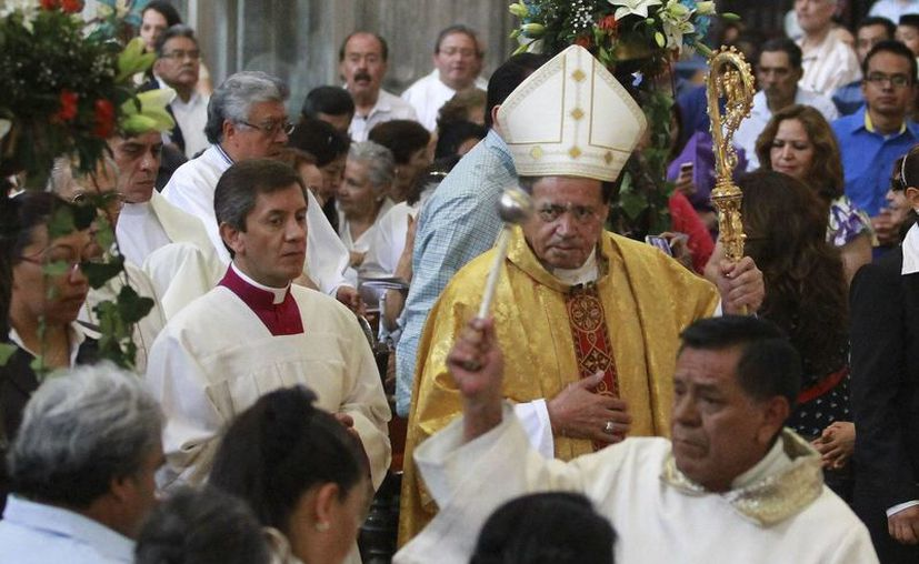 El cardenal Norberto Rivera bendice a los feligreses en el Domingo de Misericordia. (Notimex)