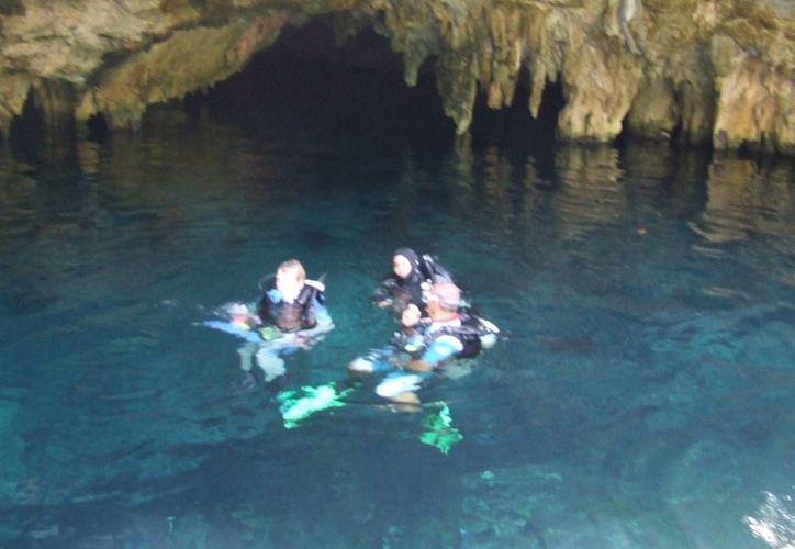 El estadounidense extraviado ingresó al cenote acompañado de otros dos turistas. (Rossy López/SIPSE)