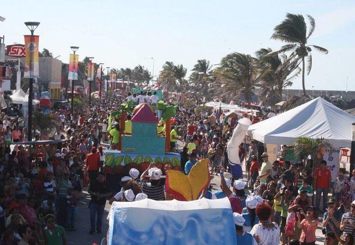"""El malecón tradicional se vio colmado de gente que disfrutó del """"Domingo de Bachata"""". (Milenio Novedades)"""