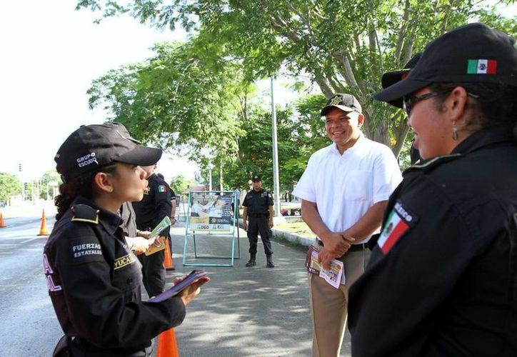 El gobernador Rolando Zapata Bello escucha las recomendaciones viales de las uniformadas. (Milenio Novedades)