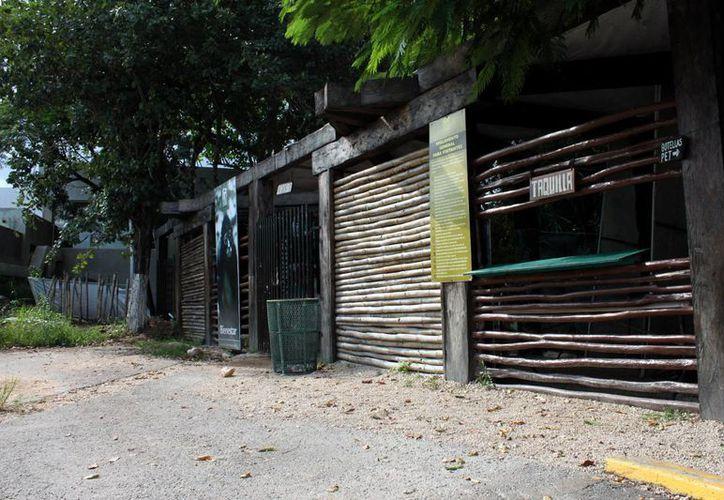 El zoológico genera por entradas alrededor de 30 mil o 40 mil pesos mensuales; la nómina cuesta al Ayuntamiento 7.5 millones de pesos al año. (Francisco Sansores/SIPSE)