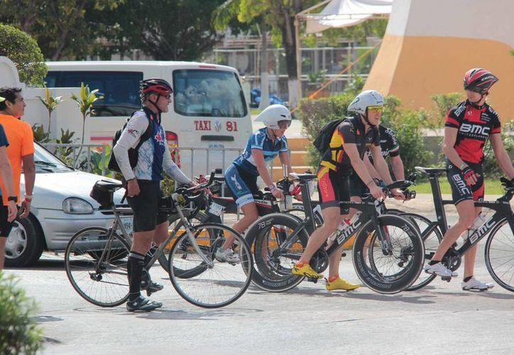 Miles de triatletas llegan a Cozumel aunque no todos los que se esperan ya que Playa del Carmen. (Gustavo Villegas/SIPSE)