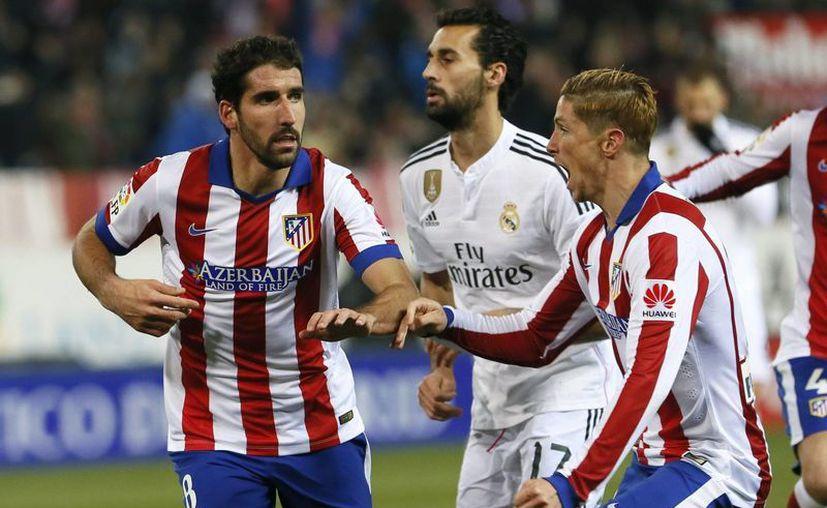 La figura del encuentro entre los dos equipos de Madrid no fue ni Cristiano Ronaldo ni Mario Mandzukic, sino el centrocampista Raúl García (i), quien de penalti puso adelante a los colchoneros y ayudó en el desarrollo del partido en Copa del Rey. (EFE)