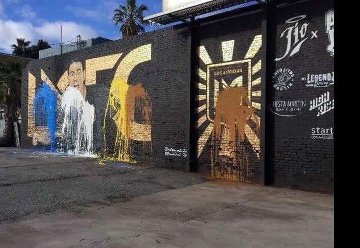 El mural fue bañado por pintura con los colores del LA Galaxy. (mediotiempo.com)