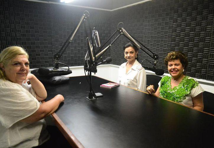 Toda emoción es positiva si la tomo de mí para mí, ejemplificó la psicóloga clínica Laura Ramos Herrera (i) en el programa Salvemos una vida en compañía de Alis García y Esperanza Nieto, las conductoras. (SIPSE)