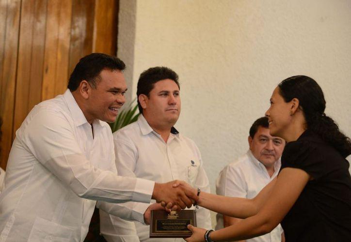 Zapata Bello entregó reconocimientos al personal del CICY a partir de 5 años de servicio. (Cortesía)