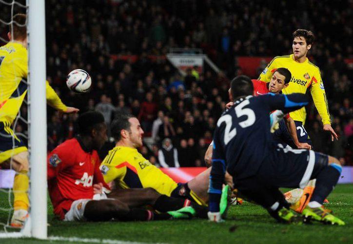 El agónico gol de <i>Chicharito</i> Hernández (de rojo, a la derecha) permitió al Manchester United avanzar a la serie de penales, donde cayó. (Agencias)