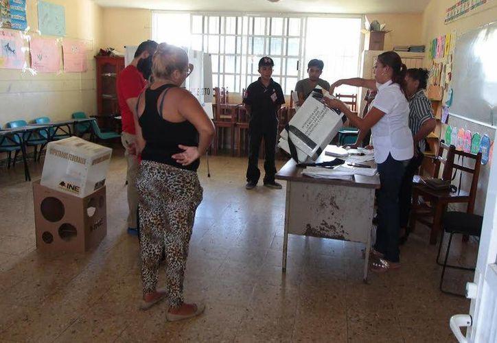 Algunas casillas en Cozumel se abrieron tarde, esto se debió a que los funcionarios de casilla no llegaron a tiempo. (Gustavo Villegas/SIPSE)