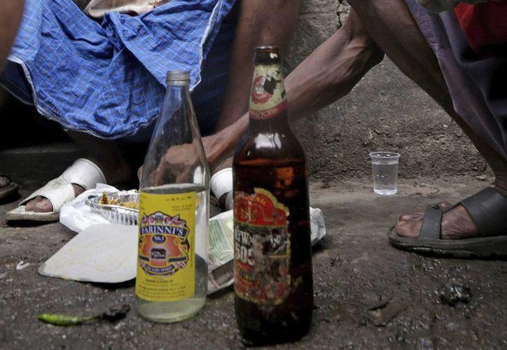 En Pakistán, oficialmente una república islámica, la ley solo permite comprar y consumir alcohol a los no musulmanes, de ahí que se fomente la venta clandestina. (Archivo/EFE)