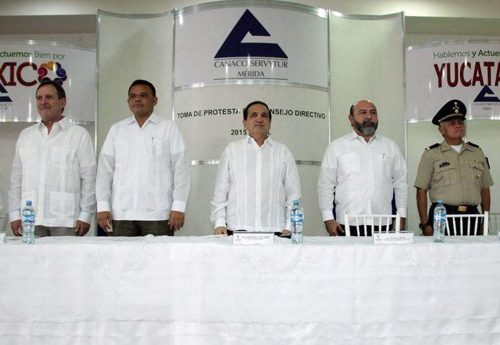 Dirigentes empresariales y autoridades de gobierno estuvieron presentes en la toma de protesta de la nueva directiva de la Canaco Servytur de Mérida. (SIPSE)