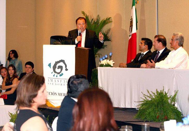 Ernesto Herrera Novelo, titular de la Secretaría de Fomento Económico (Sefoe), durante la toma de protesta de la directiva 2016-2018 de la sección estatal de la Asociación Mexicana de Agentes de Seguros y Fianzas (Amasfac). (Milenio Novedades)