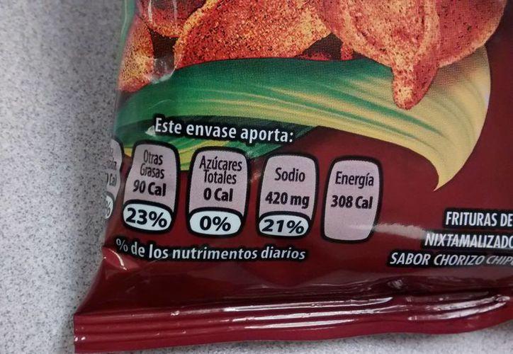 Unos 32 mil productos en el mercado mexicano deberán cambiar su etiquetado -el actual es el que aparece en la imagen- por el denominado etiquetado 'semáforo'. (SIPSE)