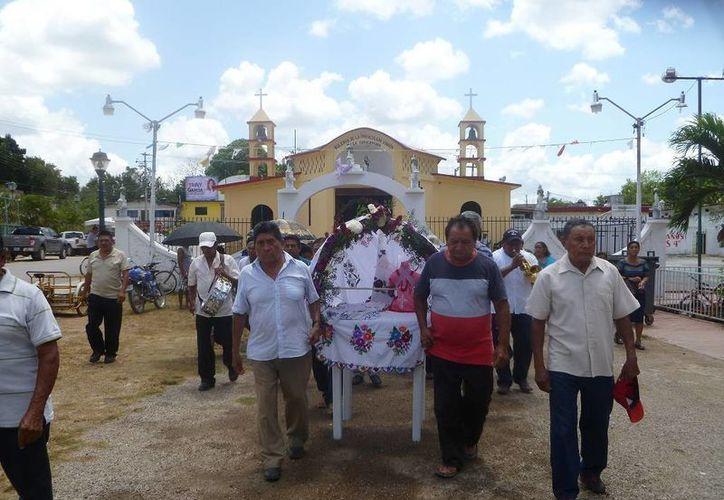 Durante el recorrido se ofreció a la Santa Cruz, rezos en lengua materna. (Raúl Balam/SIPSE)