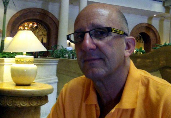 Lixion Avila, especialista de la Centro Nacional de Huracanes de Miami, dio los pormenores de la llegada del avión cazahuracanes a Mérida. (Milenio Novedades)