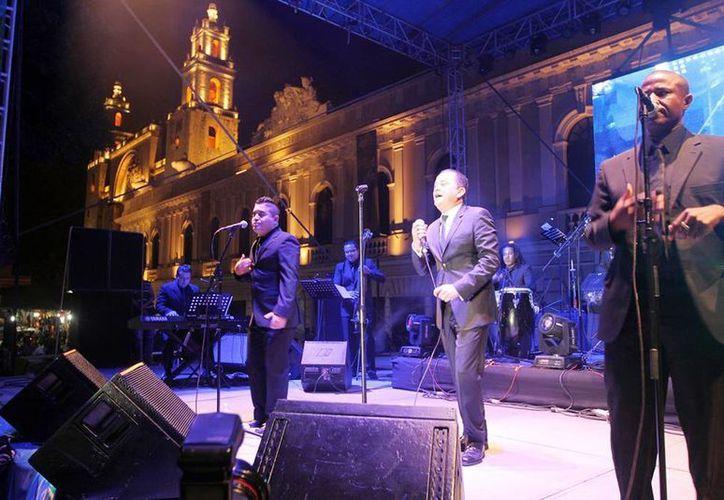 El salsero Yuri Buenaventura tuvo una buena actuación en la Plaza Grande de Mérida. (Milenio Novedades)