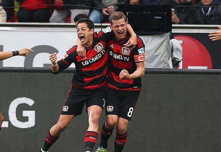 Javier Hernández fue pieza fundamental en el partido ante Hertha Berlín, al no dejar de correr durante su estancia en el campo. (AP)