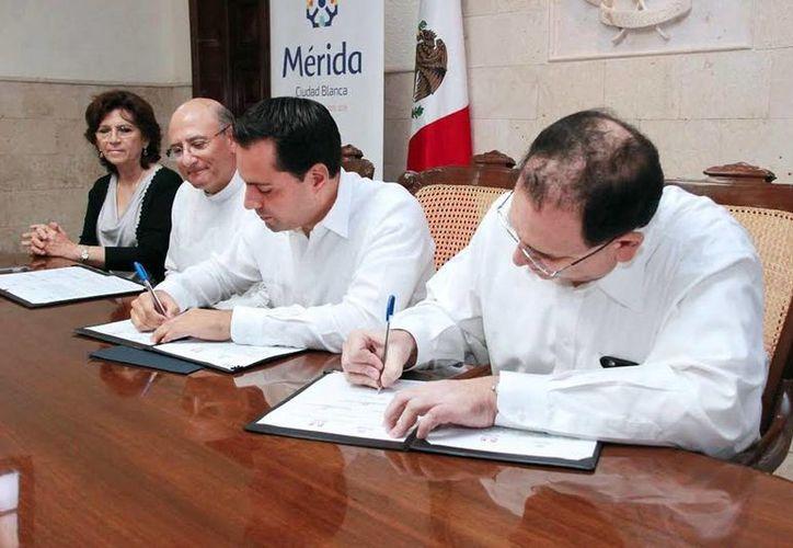 El alcalde Mauricio Vila y los representantes de las instituciones educativas durante la firma del convenio. (Milenio Novedades).