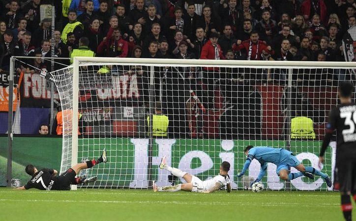 'Chicharito' Hernández falló una clara jugada frente al marco y el portero Hugo Lloris tapó con determinación el gol de la victoria para las Aspirinas. (AP/ Martin Meissner)