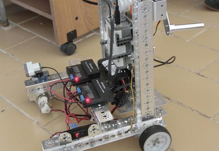 Llevan más de seis meses dedicando sus horas libres, fines de semana y vacaciones para crear al robot. (Tomás Álvarez/SIPSE)