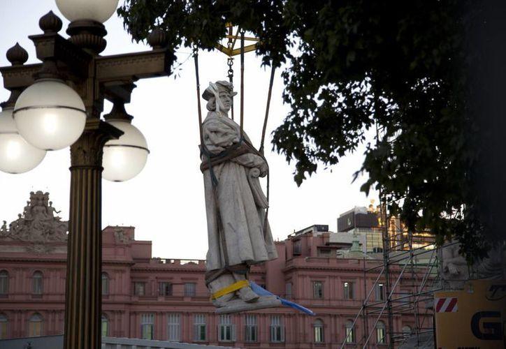 El monumento a Colón, hecho de mármol de Carrara, con un peso de 38 toneladas y una altura de seis metros, fue donado a la Argentina por la colectividad italiana de Buenos Aires. (Agencias)
