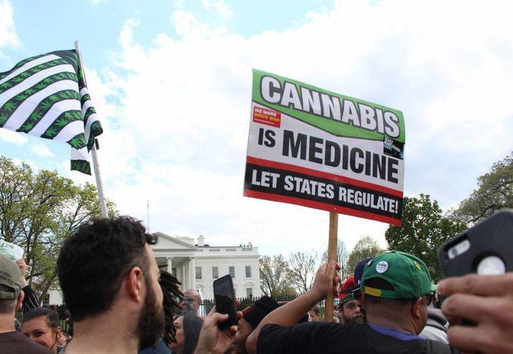 Imagen del 2 de abril ded 2016 de una manifestación de simpatizantes a favor de la legalización de la mariguana, en la entrada principal de la Casa Blanca, en Washington, D.C. (Archivo/Notimex)