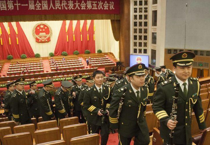 Miembros de una banda militar saliendo del recinto donde se celebró la Asamblea Nacional Popular en Beijing. (EFE/Archivo)