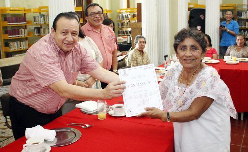 La Biblioteca Pública Central de Mérida recibirá remozamiento. En la foto, empleados de la misma que recibieron reconocimientos. (SIPSE)