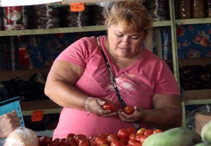 En la central de abastos se vende el kilo del tomate a más de 10 pesos. (Milenio Novedades)