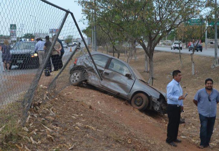 A pesar de lo aparatoso del accidente, el choque de dos autos en el Anillo Periférico solo dejó como saldo dos mujeres asustadas y algunos daños materiales. (Fotos: Carlos Navarrete/SIPSE)