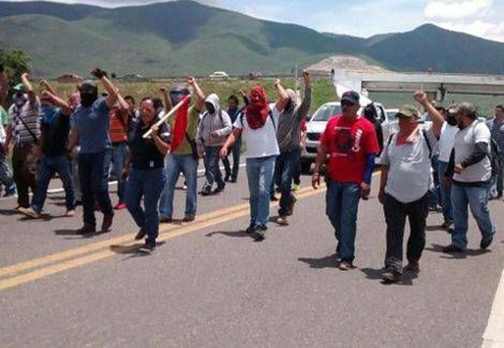 Maestros de la Sección de la CNTE mantienen ocupada la planta de Pemex en Valle Central desde hace cuatro días. (Milenio)