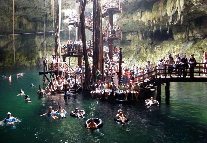 Los cenotes son puntos obligados de turistas que visitan Yucatán. Prestadores de servicio piden más promoción a estos lugares. Imagen de uno de los cenotes de Cuzamá. (Milenio Novedades)