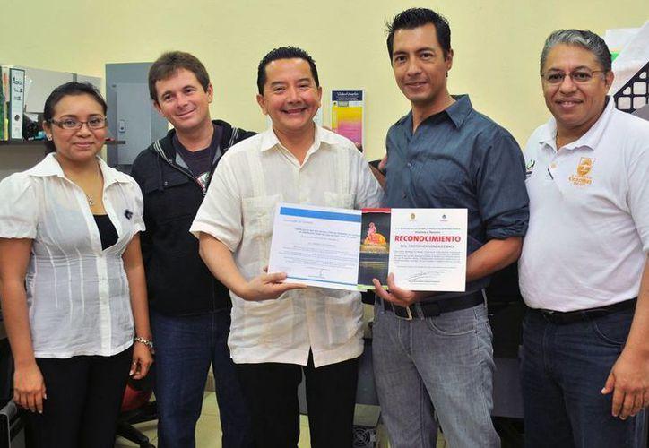 Momento de la entrega del reconocimiento a Cristopher González Baca. (Redacción/SIPSE)