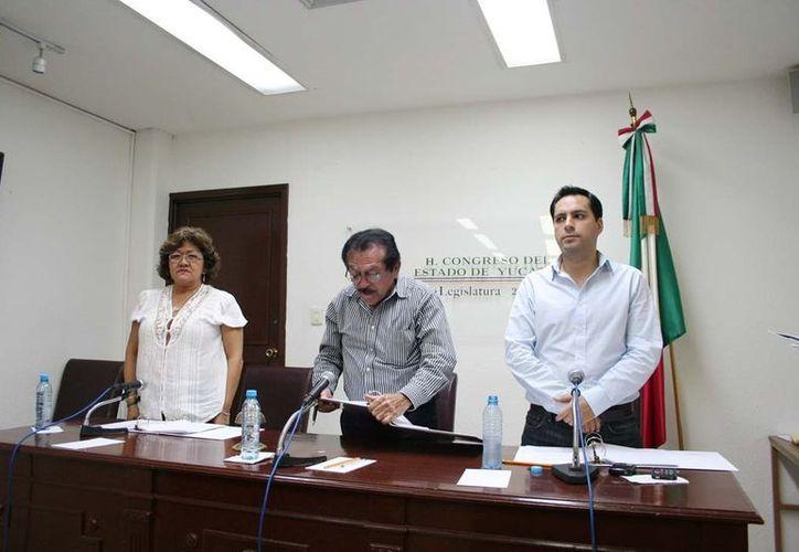 Los diputados Flor Díaz Castillo (PRI), Luis Echeverría Navarro (PRI) y Mauricio Vila Dosal (PAN) en la clausura de la Diputación Permanente. (SIPSE)