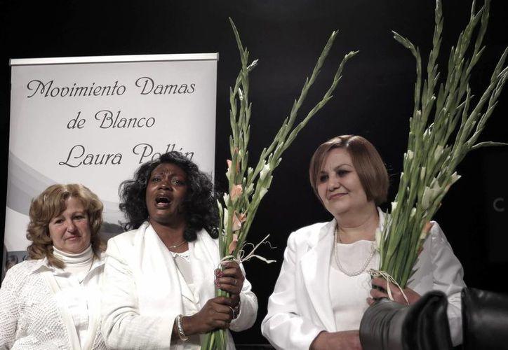 """La portavoz de las Damas de Blanco de Cuba, Berta Soler (c), durante el acto """"Damas de Blanco: Un mensaje de Cuba"""". (Archivo/EFE)"""