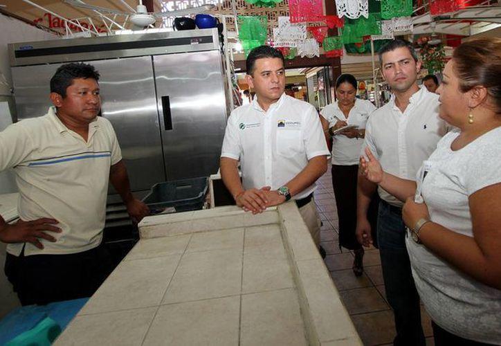 Las autoridades recorrieron los pasillos del mercado municipal. (Cortesía/SIPSE)